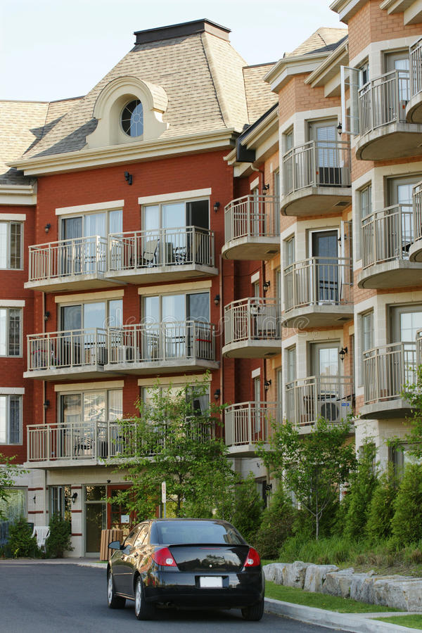 Flatgebouw met koopflats stock afbeelding
