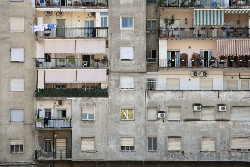 Flatgebouw met koopflats die Napels bouwen stock fotografie