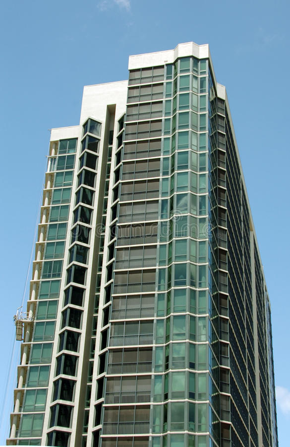 Flatgebouw met koopflats met Steiger stock afbeeldingen