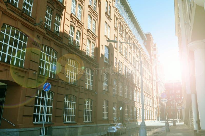 Flatgebouw op de straat met zonlicht, Moskou, Rusland wordt overstroomd dat stock fotografie