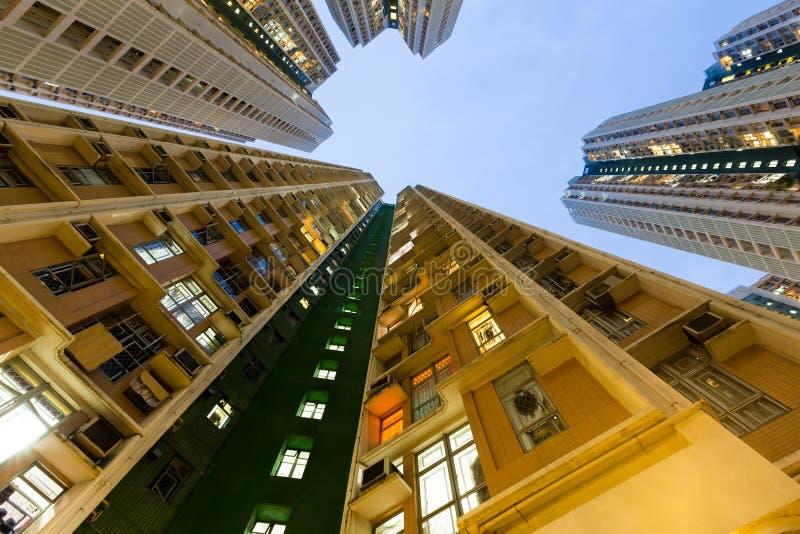 Flatgebouw vanuit lage invalshoek stock foto's