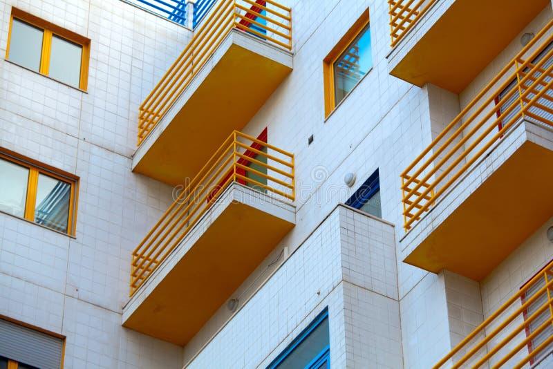 Flatgebouwbuitenkant - moderne huisvoorgevel royalty-vrije stock afbeeldingen