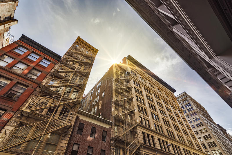 Flatgebouwen en brandtrappen stock afbeelding