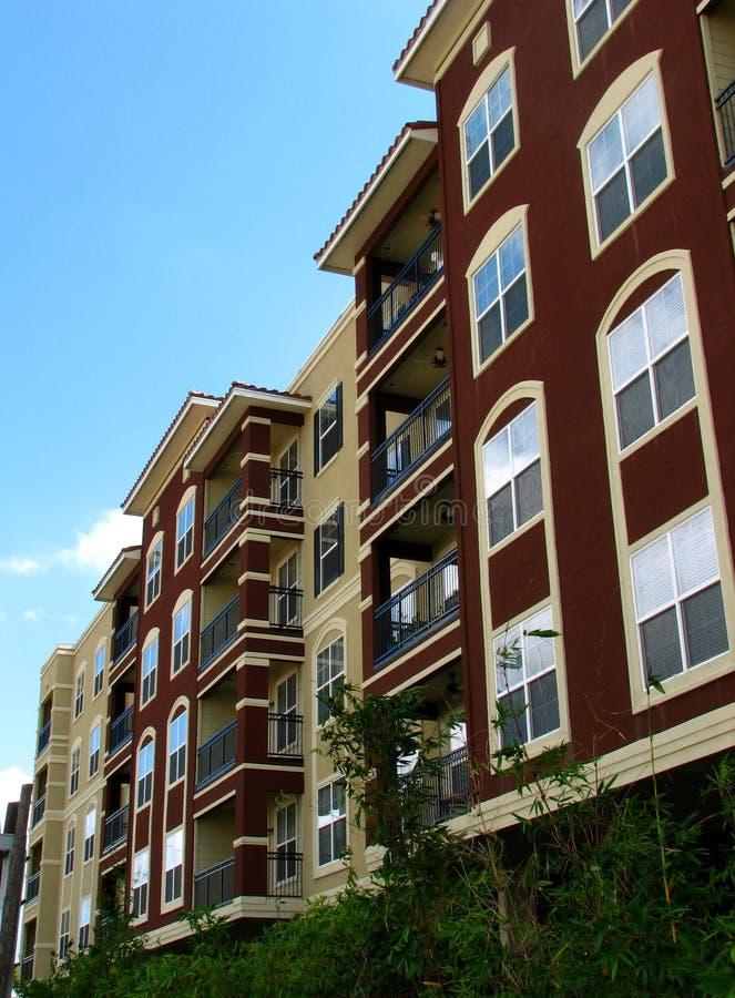 Flatgebouwen met koopflats stock foto's