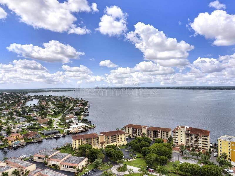Flatgebouwen met koopflats op het water royalty-vrije stock foto's