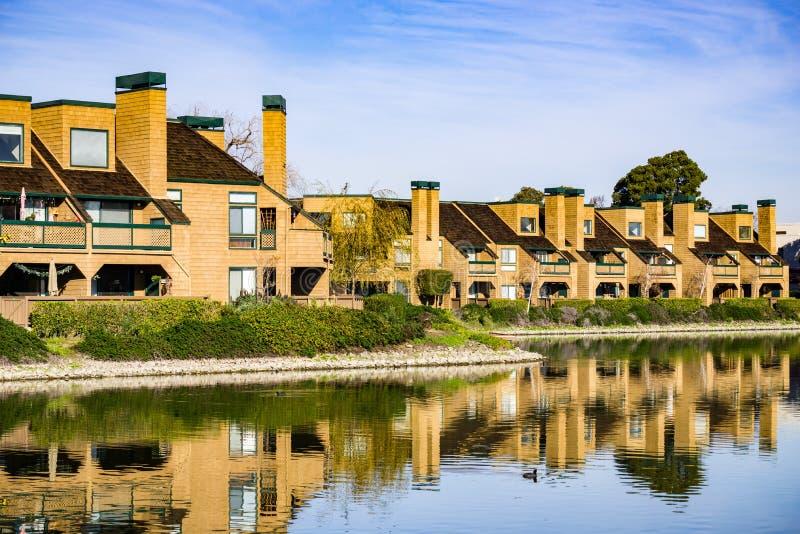 Flatgebouwen op de oever van Belmont-Kanaal, Californische sequoiakusten, Californië royalty-vrije stock fotografie