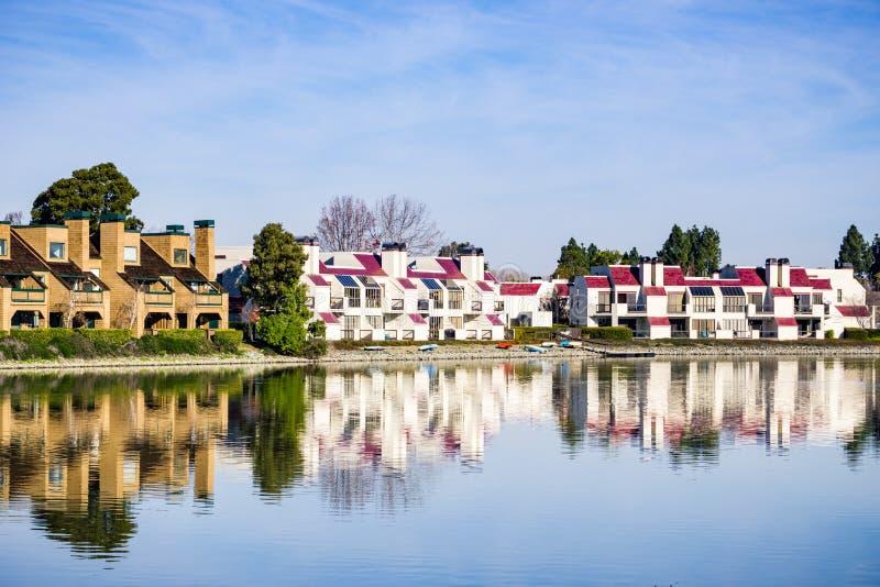 Flatgebouwen op de oever van Belmont-Kanaal, Californische sequoiakusten, Californië stock foto's