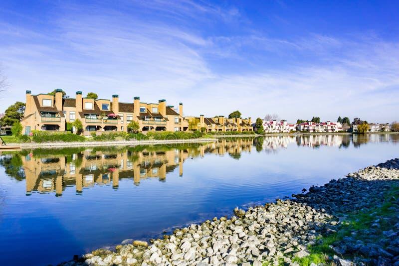 Flatgebouwen op de oever van Belmont-Kanaal, Californische sequoiakusten, Californië stock foto