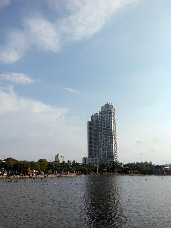 Flatgebouwen van de kustlijn van Ancol worden gezien die royalty-vrije stock foto
