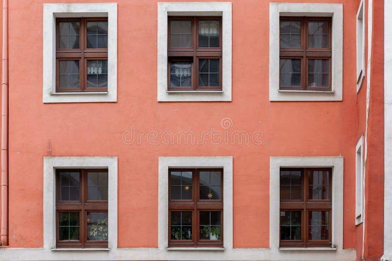 Flatgebouwvensters in een oude stad stock afbeelding