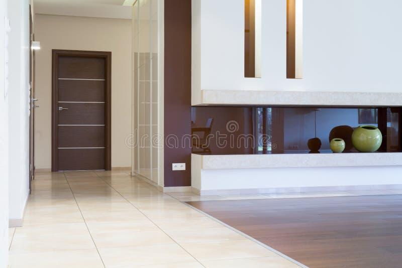 Flatingang binnen modern binnenland stock afbeelding