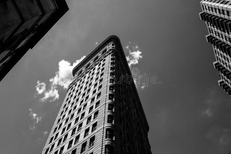 Flatiron大厦的低角度黑白射击在NYC的 免版税库存照片