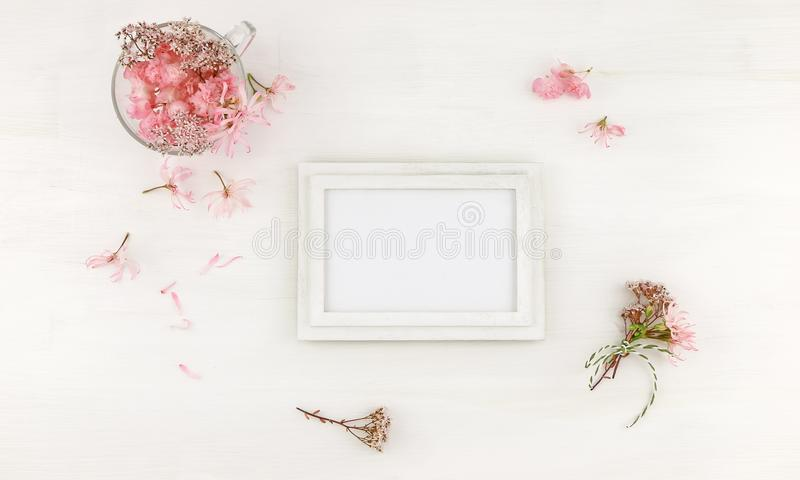 Flatlay与桃红色花的木制框架大模型 免版税库存照片