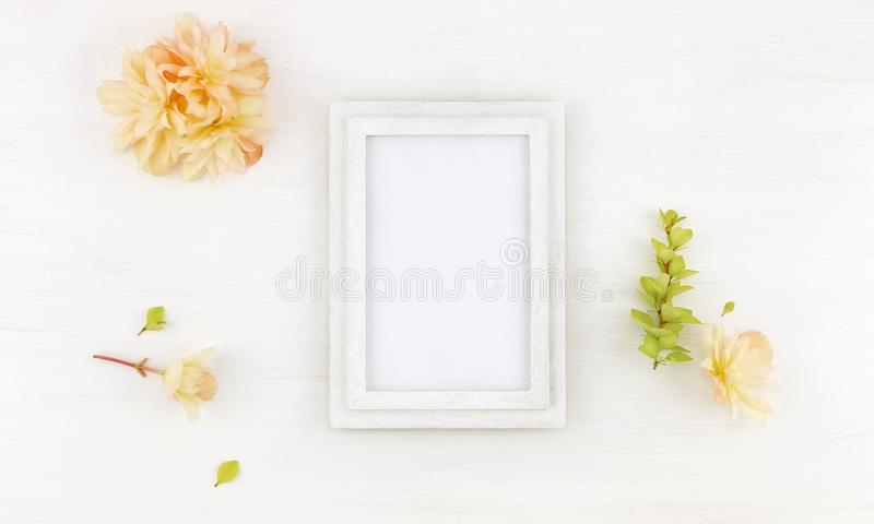 Flatlay与花的木制框架大模型 图库摄影