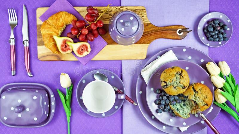 flatlay五颜六色的紫色题材早餐早午餐的桌设置 免版税库存图片