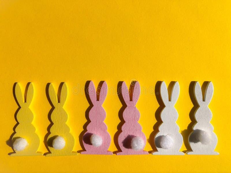 flatlay木的玩具,五颜六色的兔子 免版税库存图片