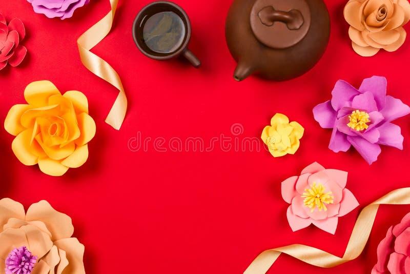 Flatlay框架安排用在杯子、黏土茶壶和美好的papercraft的中国绿茶开花 免版税库存图片