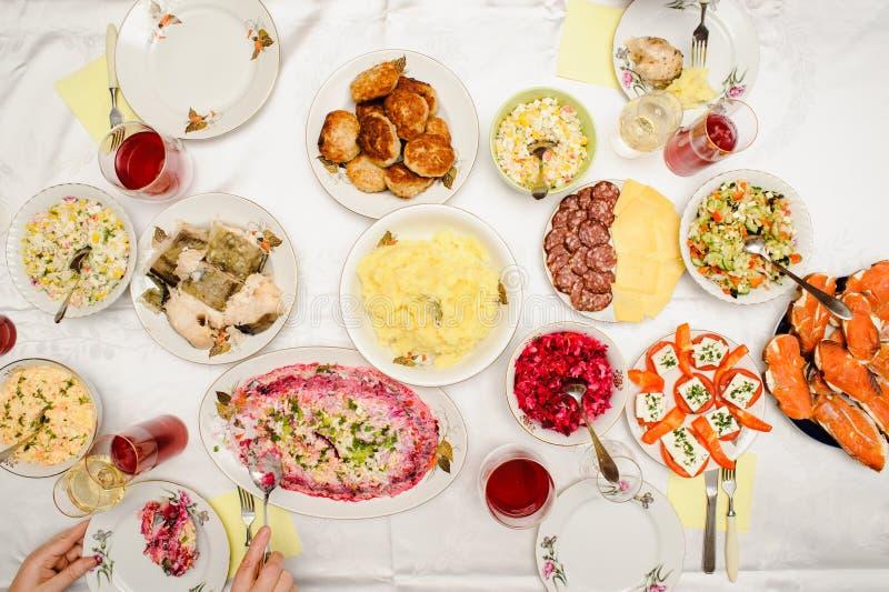Flatlay świąteczny sowieci i rosjanina gość restauracji na białym tle zdjęcia stock