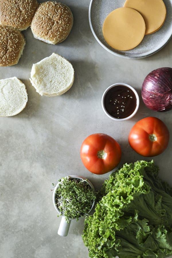 Flatlay των vegan cheeseburger συστατικών συνταγής στοκ εικόνα