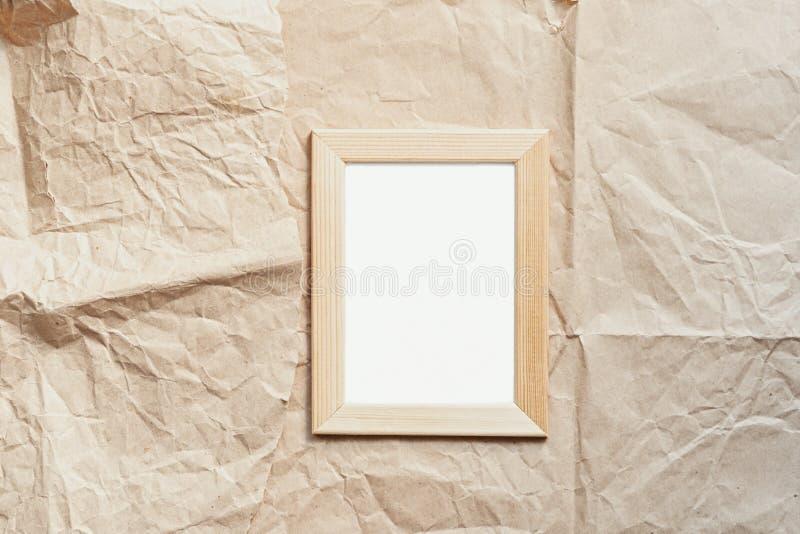 Flatlay пустой деревянной рамки фото на предпосылке бумаги ремесла стоковое изображение rf