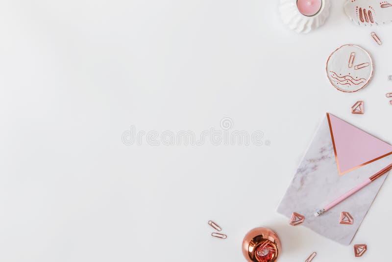 Flatlay av skrivbordtabellen Workspace med modrn som är rosa och marmoranteckningsböcker och garneringar på vit bakgrund royaltyfria bilder