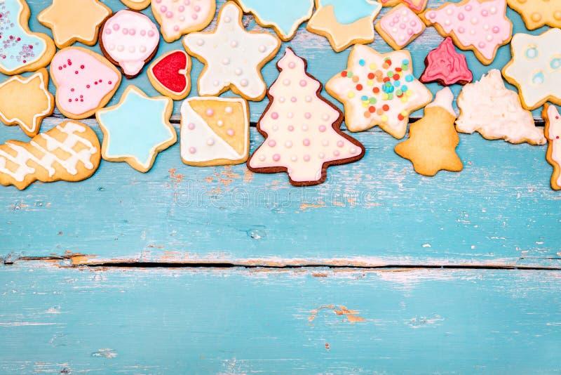 Flatlay, biscuits de Noël sur le fond en bois bleu photographie stock libre de droits