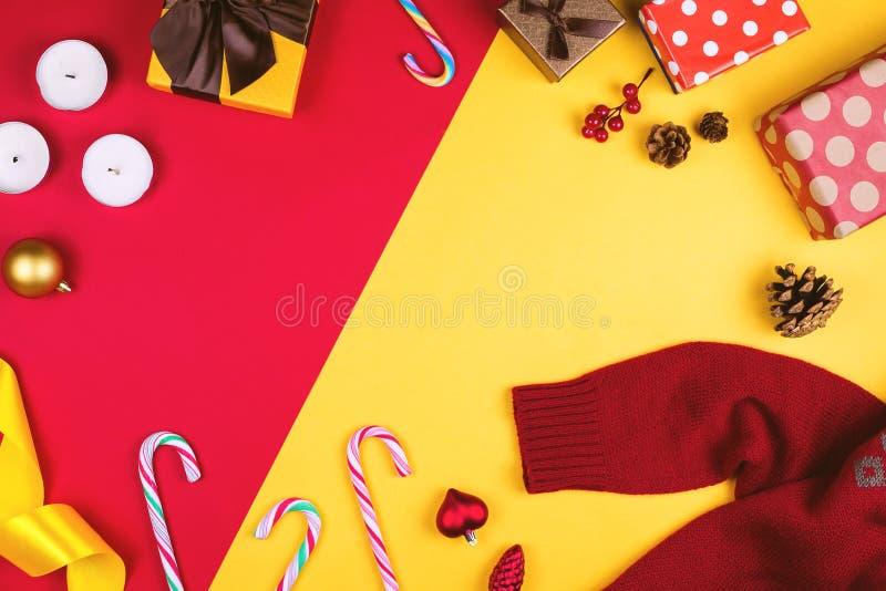 Flatlay colorido con los diversos artículos de la Navidad, decoración y regalos, incluyendo las cajas de regalo, las velas, los c fotos de archivo libres de regalías