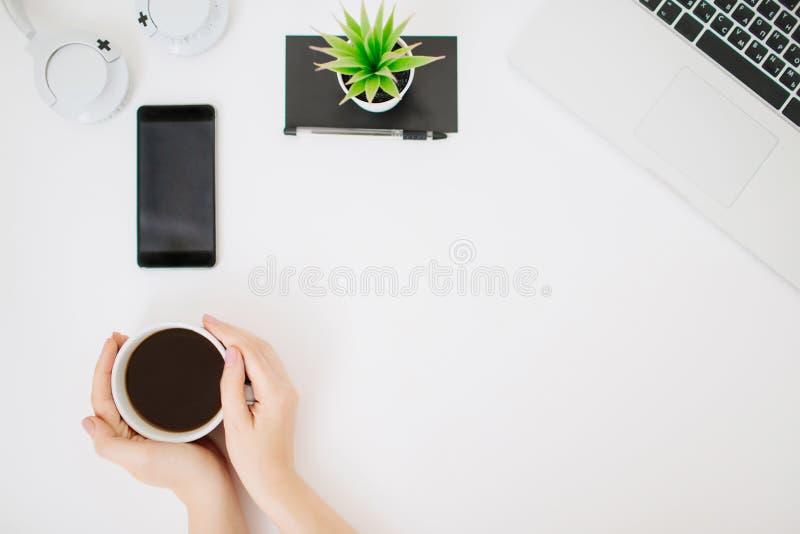 Flatlay con el escritorio de la oficina de las mujeres y la taza de café fotografía de archivo