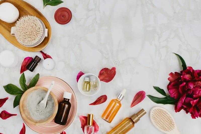 Flatlay da vária beleza, o banho e os produtos soro dos TERMAS, a argila, óleos essenciais, escova do corpo, etc. de creme fotografia de stock royalty free