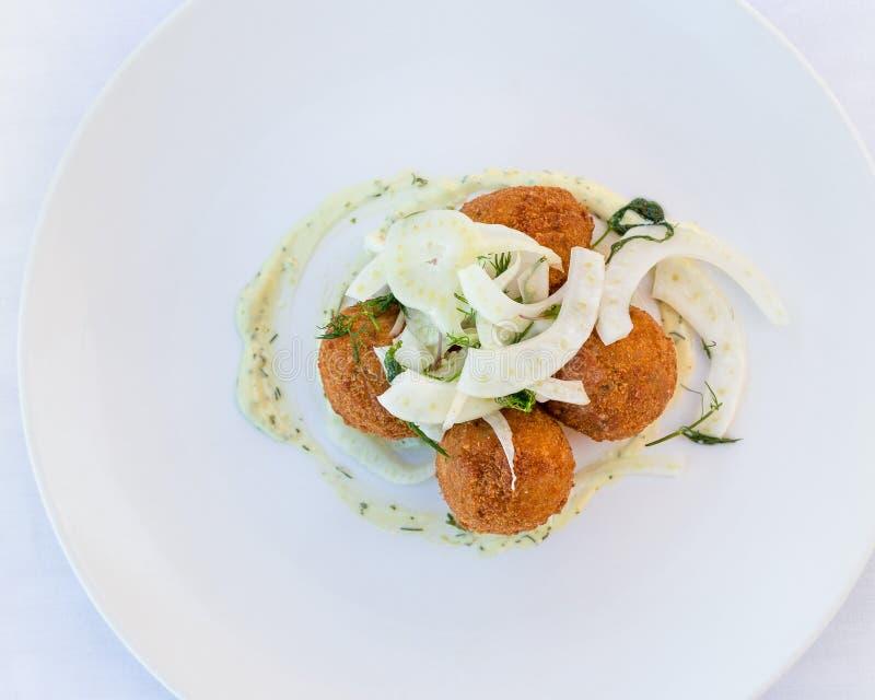 Flatlay de croquette d'un plat blanc avec le fenouil image libre de droits