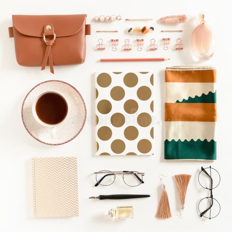 Flatlay de papeterie, de blocs-notes, de tasse de café, de cosmétiques de la femme et d'accessoires image stock