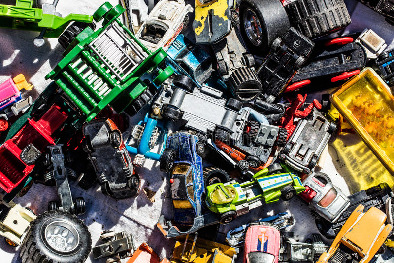 Flatlay de voiture joue à la brocante à domicile pour la consommation excessive photo stock