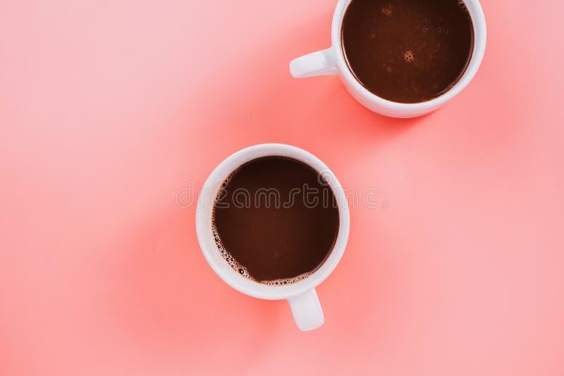 Flatlay del cacao o della cioccolata calda del vegano di due tazze immagini stock libere da diritti