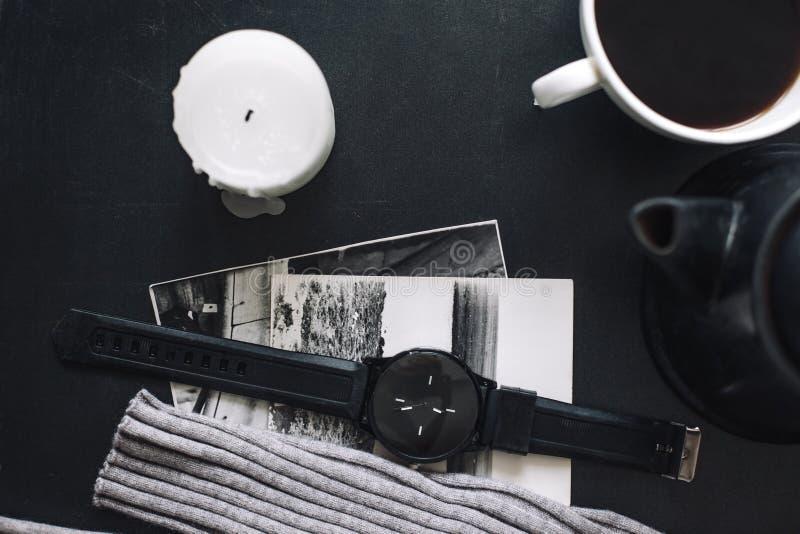 Flatlay del maglione e del caffè di inverno fotografia stock libera da diritti