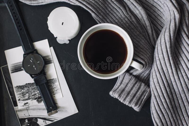 Flatlay del suéter y del café del invierno fotos de archivo