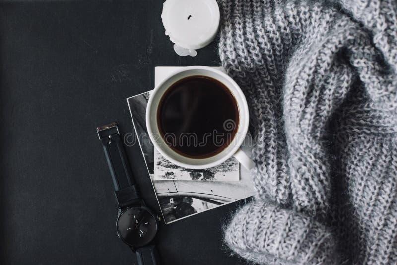 Flatlay del suéter y del café del invierno foto de archivo