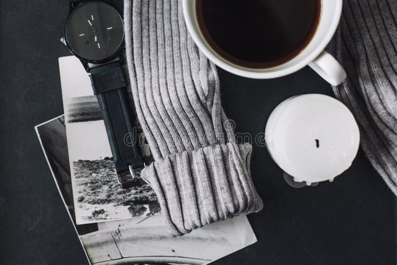 Flatlay del suéter y del café del invierno imagenes de archivo