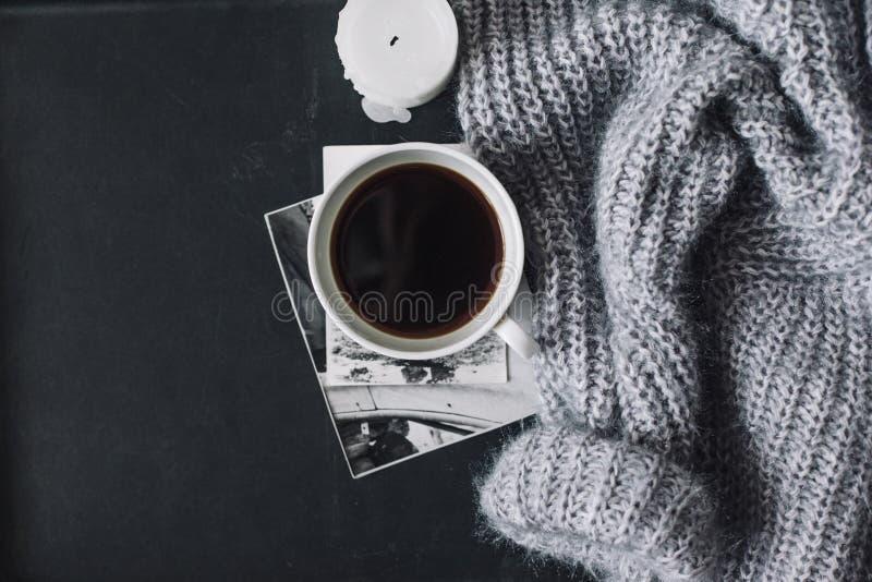Flatlay del suéter y del café del invierno imagen de archivo libre de regalías