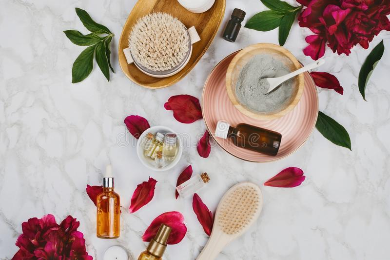Flatlay di vari bellezza, bagno e prodotti della STAZIONE TERMALE fotografia stock