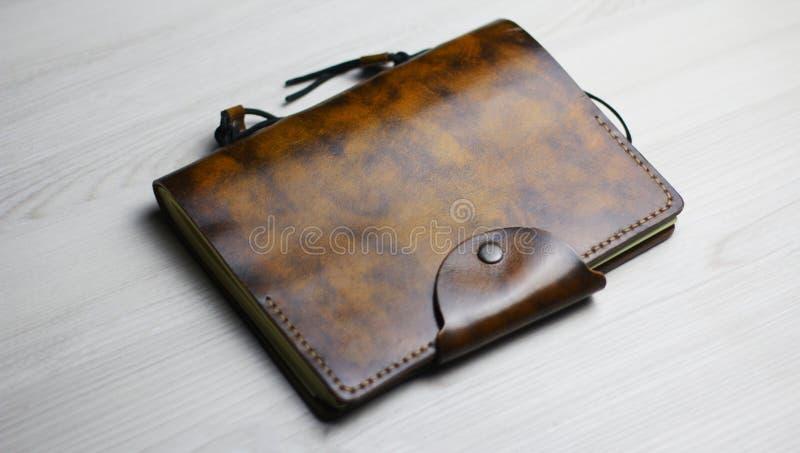 Flatlay do caderno de couro bonito no fundo claro fotografia de stock