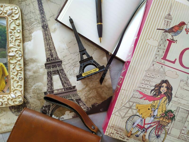Flatlay für Liebhaber von Parise lizenzfreie stockfotografie