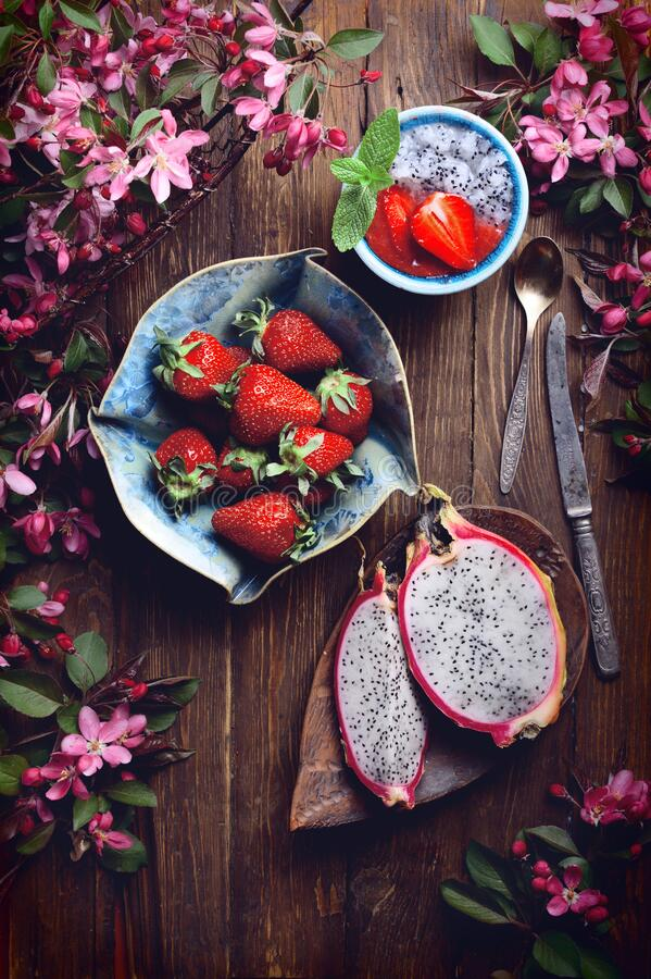 Free Flatlay Food Background - Empty Wooden Board With Dragon Fruit, Strawberries And Pink Flowers, Copy Space Stock Image - 189220871