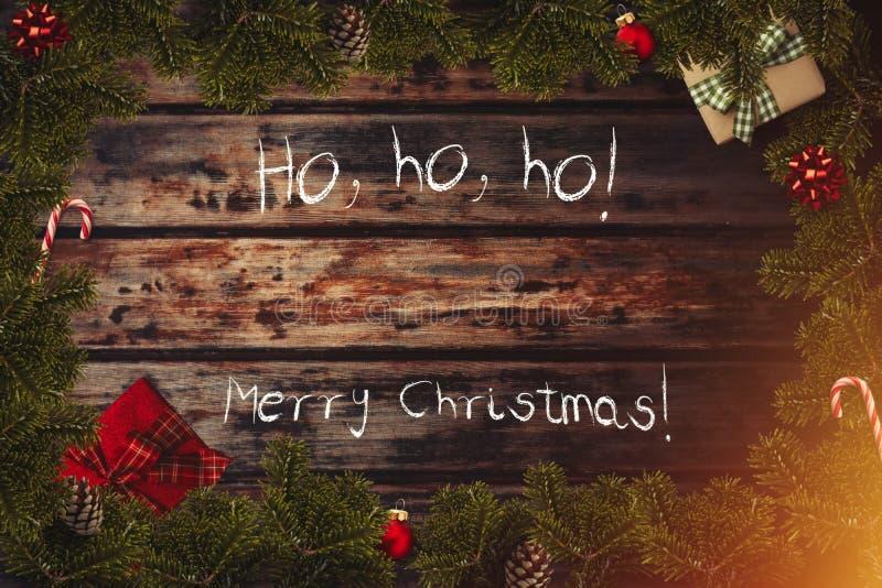 Flatlay gräns för glad jul med slågna in gåvor, röda bollar, rottingar, pilbågar arkivbild