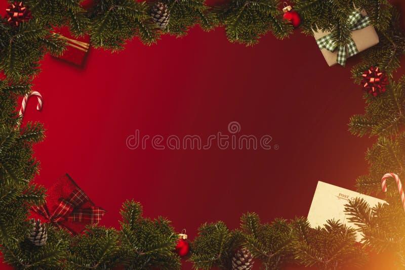 Flatlay gräns för jul med slågna in gåvor, röda bollar, rottingar, pilbågar, kotte fotografering för bildbyråer