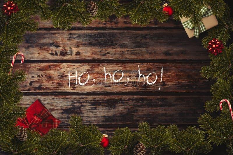 Flatlay gräns för jul med slågna in gåvor, röda bollar, rottingar, pilbågar, kotte arkivfoto