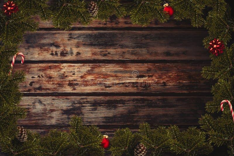 Flatlay gräns för jul med slågna in gåvor, röda bollar, rottingar, pilbågar, kotte royaltyfria bilder