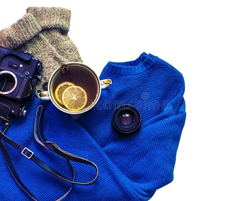 Flatlay herbata z cytrynami, oldschool kamerą, pulowerem i skarpetami, Wygodna przestrzeń, trendu instagram fotografia odosobnion zdjęcie stock