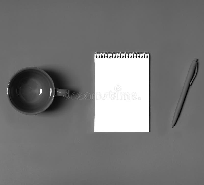 Flatlay, ispirazione da tavolino di idea di progettazione della penna della compressa della carta di concetto dello stillife del  fotografie stock