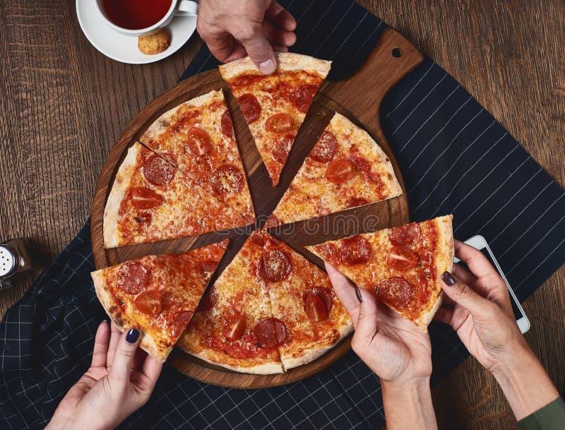flatlay Les amis mangent de la pizza image libre de droits