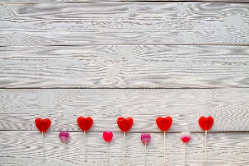 Flatlay: lollys op witte houten raad stock afbeeldingen